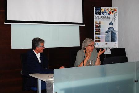 El presidente de la Asociación de la Prensa de Sevilla, Rafael Rodríguez,  y la periodista Soledad Gallego-Díaz, en un curso anterior en la Universidad Pablo de Olavide, en Carmona