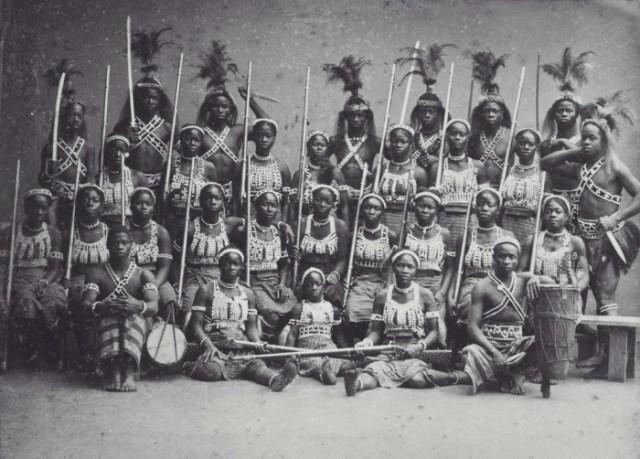 COLLECTIE_TROPENMUSEUM_Groepsportret_van_de_zogenaamde_'Amazones_uit_Dahomey'_tijdens_hun_verblijf_in_Parijs_TMnr_60038362