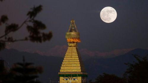 Supermoon di Boudhanath stupa in Kathmandu, Nepal