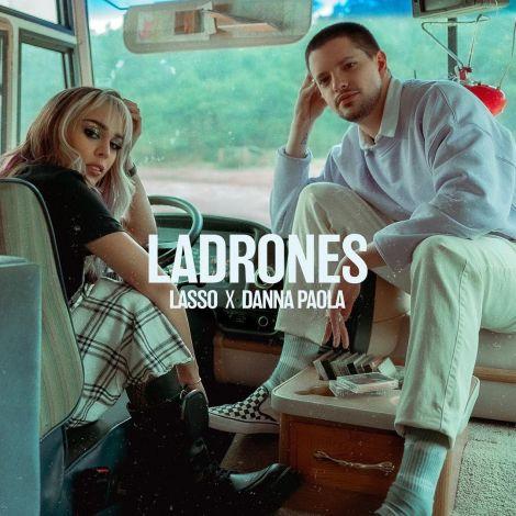 """Fotografía promocional del tema """"Ladrones"""" de Lasso y Danna Paola"""