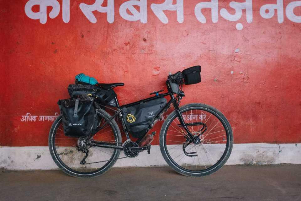 Sabina's Avaghon S28 hybrid biketouring and bikepacking setup, Vaude and Apidura
