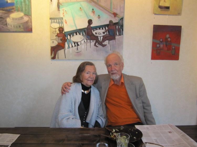 Konstnären Olle Bonnier med konstnärskollega på Margareta Helins vernissage hos Farbror Nikos