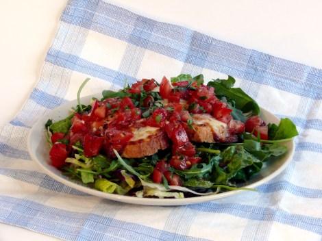 Farbror Nikos smaskiga bruschette med mozzarella, blandat sallad, hackad tomat, vitlök, olivolja, ruccola, rostad bröd.
