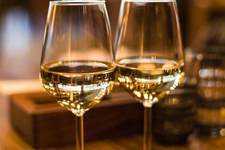 Får det vara after work på Södermalm med ett glas vitt vin på Farbror Nikos?
