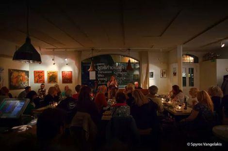 Zoie Finer & Pelle Karlström underhåller med jazz på after work hos Farbror Nikos restaurang, café & galleri