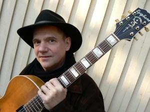 Jazzgitarristen, sångaren och låtskrivaren Andy Fite uppträder på Farbror Nikos