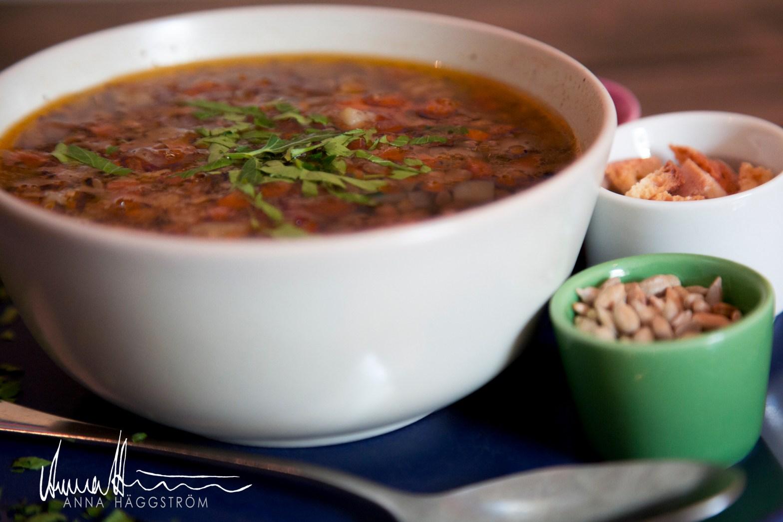 Värmande linssoppa med rostade solrosfrön på grekiska lunch restaurangen Farbror Nikos på Södermalm