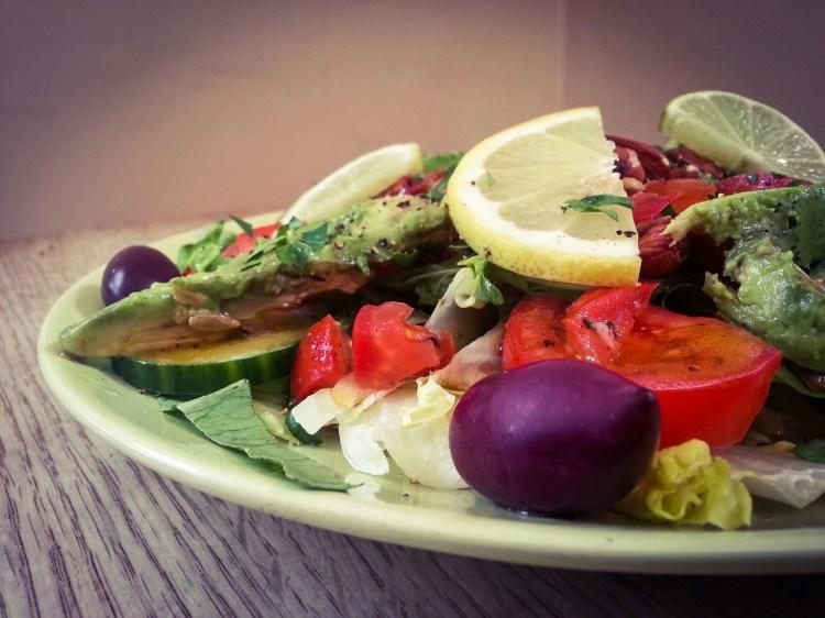 Vegansallad med avocado, mandlar och röda bönor