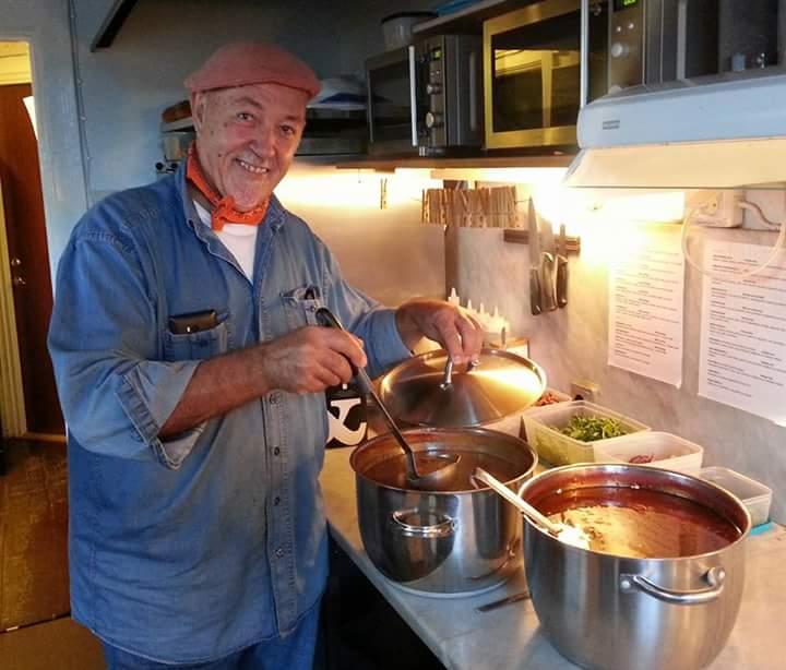 Farbror Nikos lagar sin goda tomatsoppa
