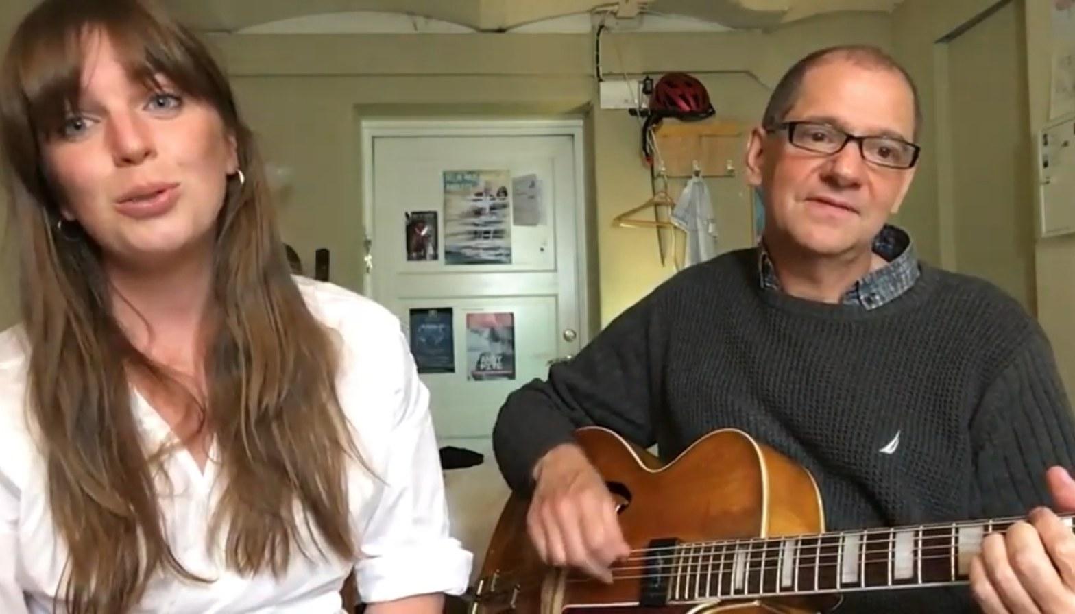 Andy Fite och Amanda Ginsburg sjunger och spelar guitarr