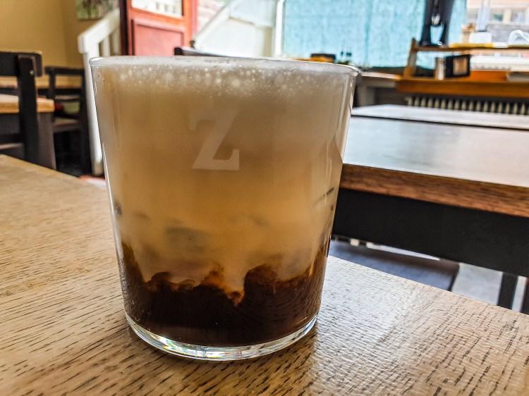 Iskaffe bryggt på Zoegas kaffe Dark Zenith med skummad mjölk