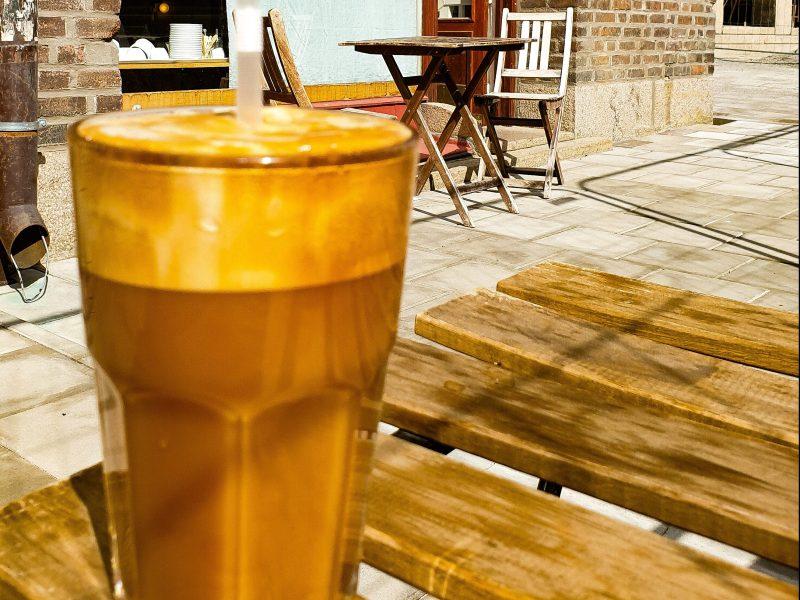 Frappé - grekisk iskaffe på uteservering på Södermalm i Stockholm