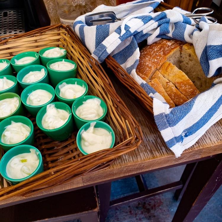 Äkta grekisk tzatziki och färskt bröd på Grekiska starkölen på grekiska lunchrestaurang Farbror Nikos på Södermalm