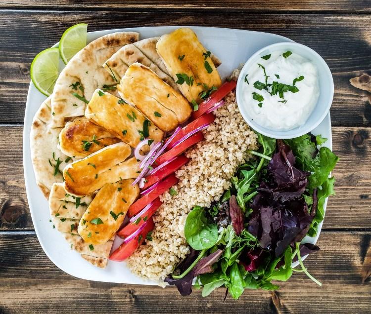 Vegetarisk gyros med halloumi pitabröd bulghur och tzatziki på grekiska lunch restaurangen Farbror Nikos café & galleri på Södermalm