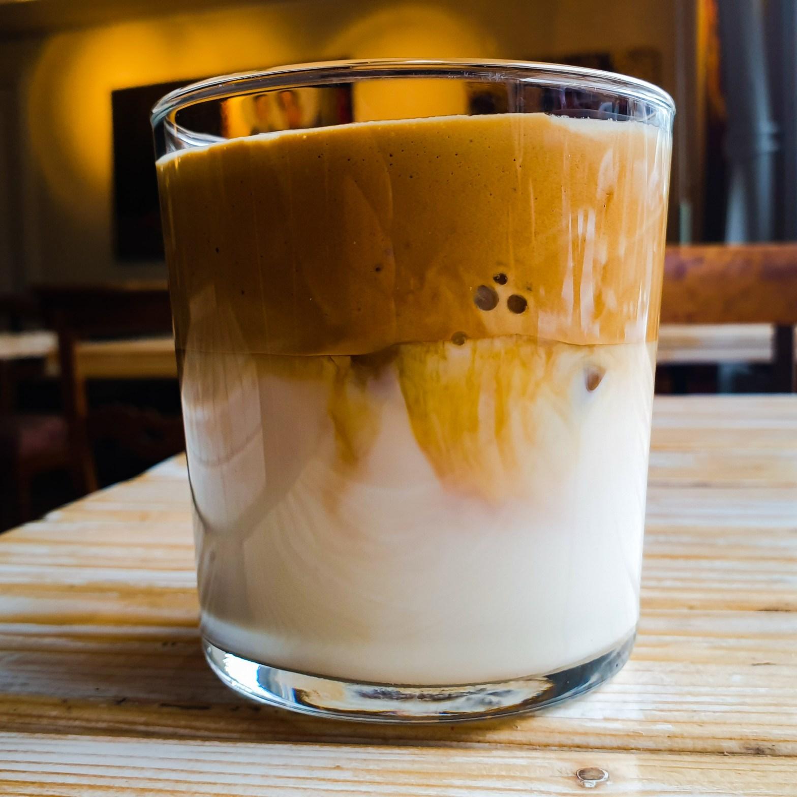 Dalgona kaffe enligt ICA recept på Farbror Nikos café i Slussen på Södermalm