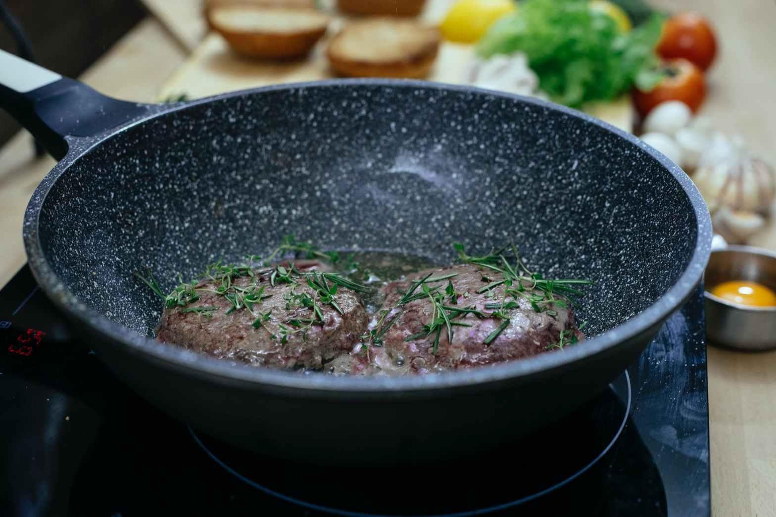 Bifteki / grekiska pannbiffar i stekpanna - läckra grekiska färsbiffar