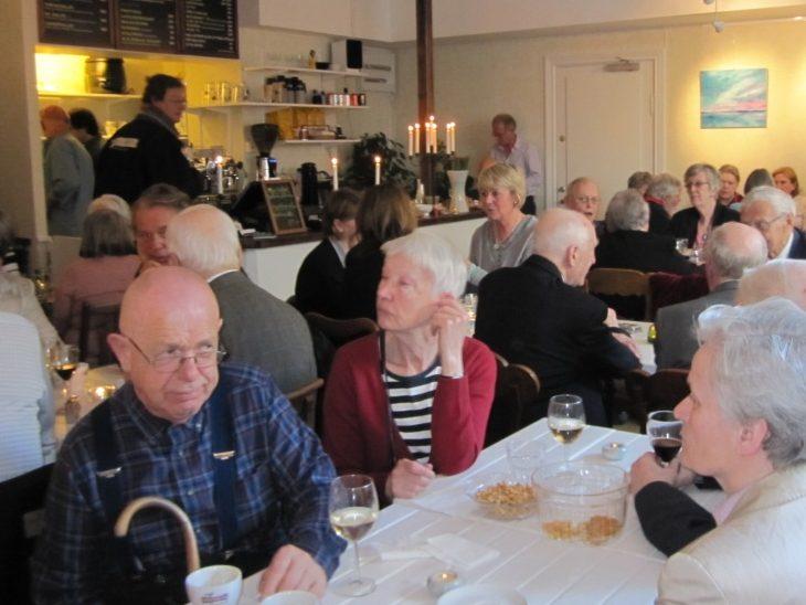 Farbror Nikos har gäster i alla åldrar men bara seniorer får pensionärsrabatt