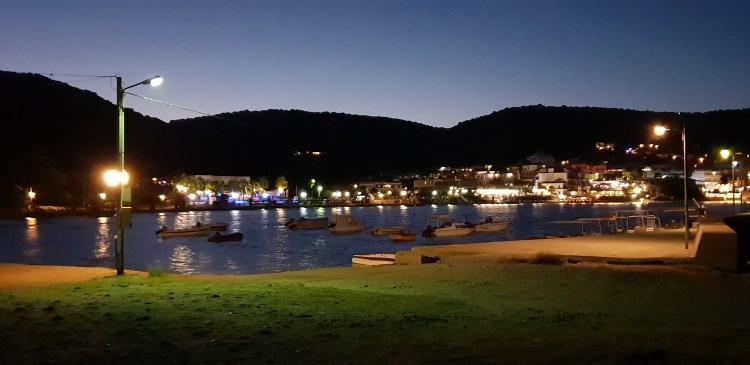 Kvällsvy från hamnen i Ayia Marina på Egina ö utanför Aten