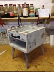 Eine alte Schublade, umbaut mit altem Holz