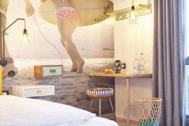 Kleiner Schreibtisch mit einem Bein und Wandbefestigung, künstlich gealterte Gerüstbohlen Foto: Beach Motel/Andrea Flak