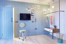 großes Schubladen-Element mit einem Bein und Wandmontage Foto: Beach Motel/Andrea Flak