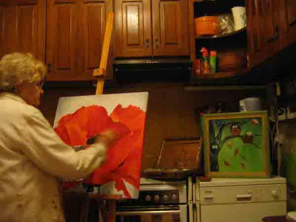 Geneviève peignant dans sa cuisine