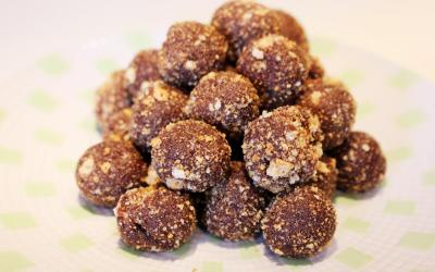 Palline di mandorle e datteri: dolce vegano senza cottura