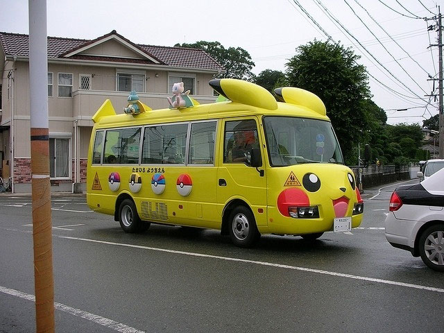 Funny-Pikachu-bus-Japan