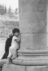 una bimba e la sua colonna