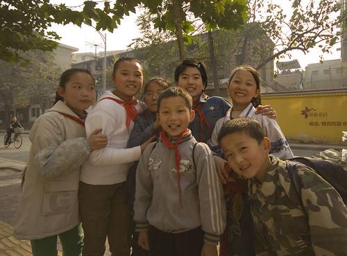 Niños chinos saliendo de su centro de estudios.