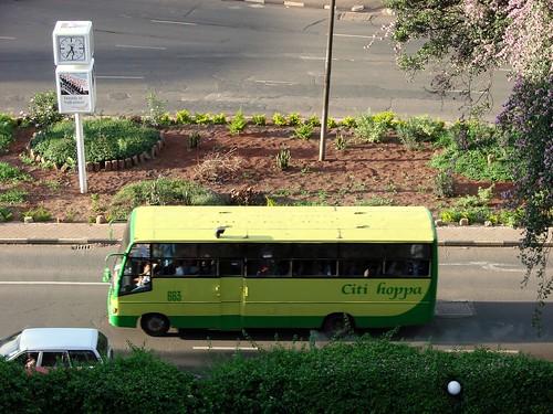 Un citi hoppa per una avinguda de Nairobi, probablement; llicència de Rob, orangejack @ Flickr