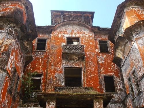 Entrada del hotel en ruinas de Bokor Hill Station