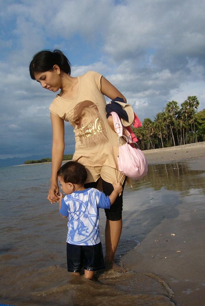 Pelancong di Pantai Lasiana