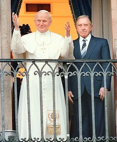 Ivan Pavao II i čileanski diktator Augusto Pinochet. Biblija i pendrek. Tko je rekao da religija i politika ne idu zajedno?