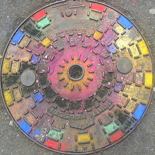 Coloured manhole cover (by Claudecf)