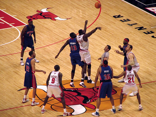 Ben Wallace tips off against Nazr Mohammad in Ben's first game against the Pistons since signing with the Bulls in the summer of '06.