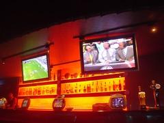 [店] 17 Sports Bar & Restaurant (1)_吧台上的兩個液晶電視