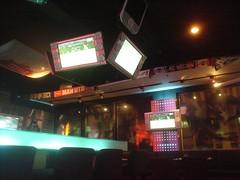 [店] 17 Sports Bar & Restaurant (3)_上面高掛的四面液晶大電視真的很有籃球場計分板的感覺