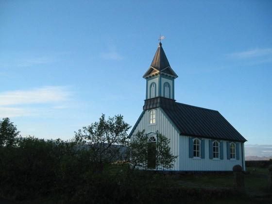 Þingvallakirkja á júníkvöldi
