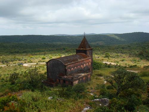 Vista de la iglesia abandonada en Bokor Hill Station