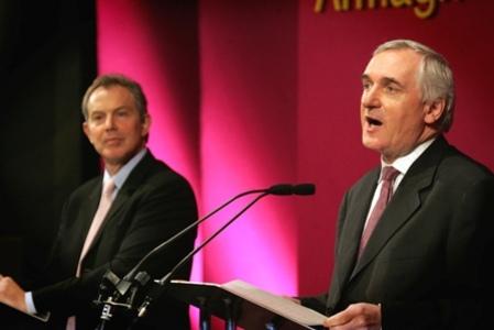 El Premier Blair y el Taoiseach Ahern, presentando su ultimátum en Armagh