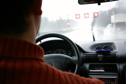 Fahren auf regennasser Fahrbahn