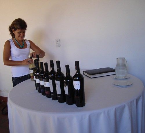 Juliana Radavero preparando la degustaci?n en El Esteco