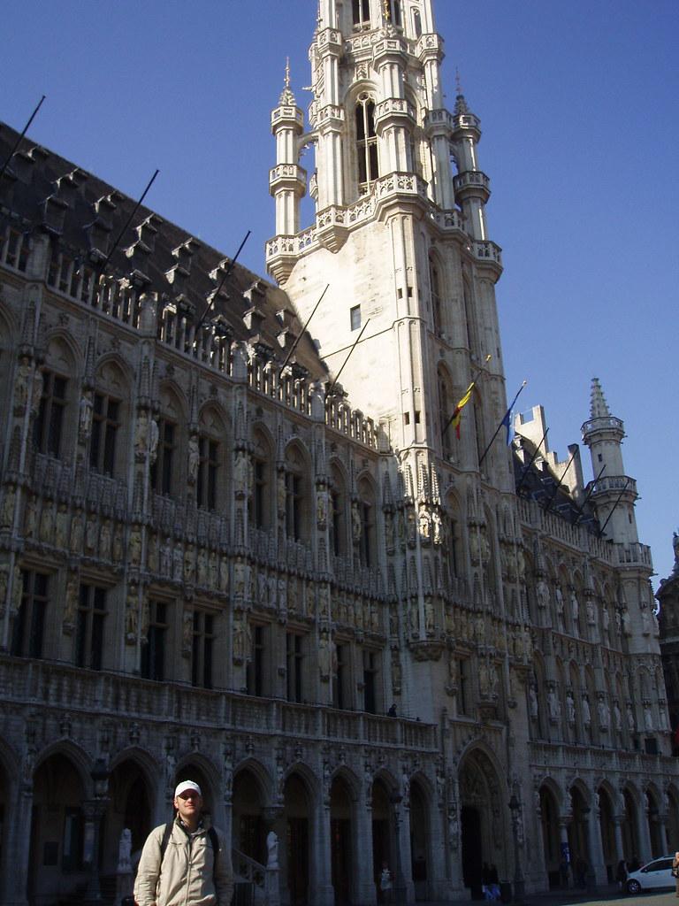 el menda y el ayuntamiento de Bruselas detrás