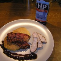 Schnelles Abendessen: Maisküchlein mit Speck und HP-Sauce