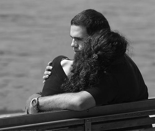 Desconsol i la protecció d'una abraçada / Desconsuelo y la protección de un abrazo por Alex Pérez..