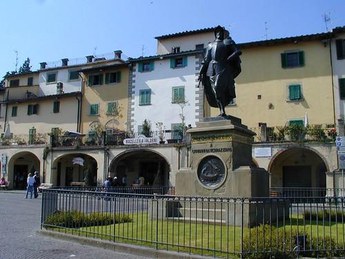 Greve in Chianti, Piazza e monumento a Verrazzano