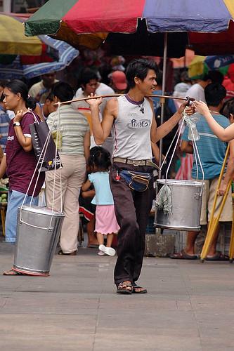Philippines Pinoy Filipino Pilipino Buhay Life people pictures photos life city, ambulant, food, man, scene, street, peddler,Plaza Miranda, Quiapo, Manila, taho