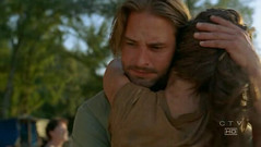 Sawyer abraza a Kate a su regreso a la isla