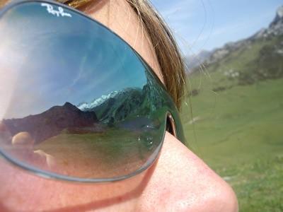 El lago Ercina reflejado en las gafas de Andrew